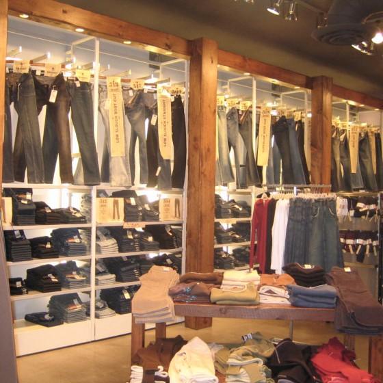 retail-colums-wood